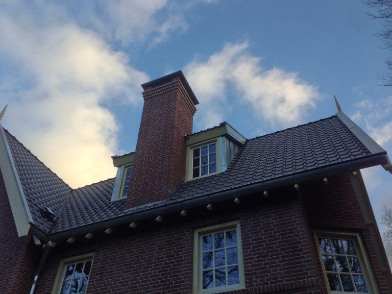 Detail van de schoorsteen in combinatie met de dakkapellen